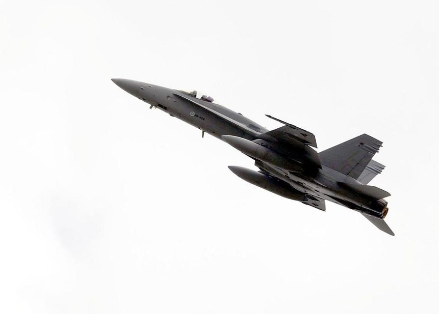 Ilmavoimien Hornetin laskeutumisessa oli ongelmia Oulunsalossa torstai-iltana. Arkistokuva.