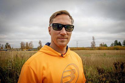 """Villen espanjalainen tauko on jo käsite Oulun seudun padel-harrastajien keskuudessa: """"Suomalainen tapa on höökätä menemään"""""""