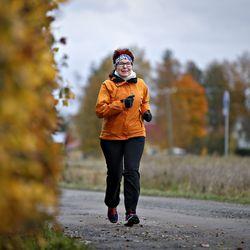 """Juttumme juoksuohjelmasta sai 64-vuotiaan Marja-Leenan lenkille – Vasta flunssakierre katkaisi edistymisen: """"En olisi ikinä uskonut, että minusta on juoksemaan"""""""