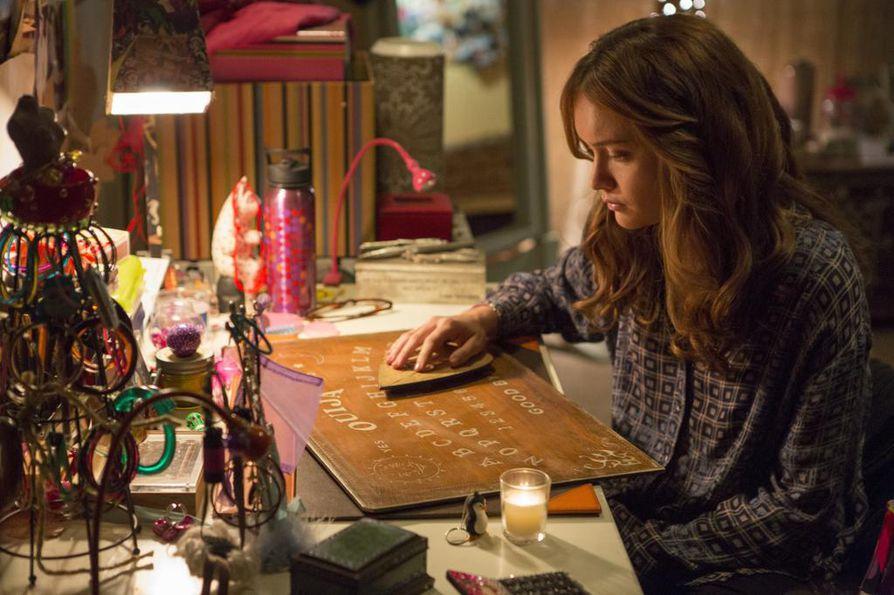 Tyttö hakee yhteyttä kuolleeseen ystäväänsä ouija-laudalla, mutta saa peräänsä hengen.