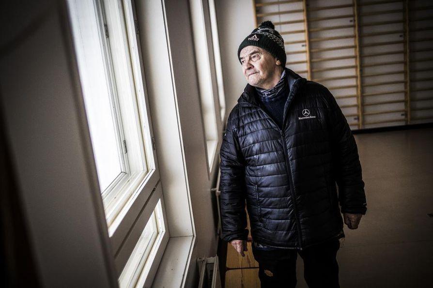 """Johan Aslak Labba Karesuvannon koululla marraskuussa 2019. """"Lapinlapsilla oli täällä herrojen oltavat"""", hän muistelee."""