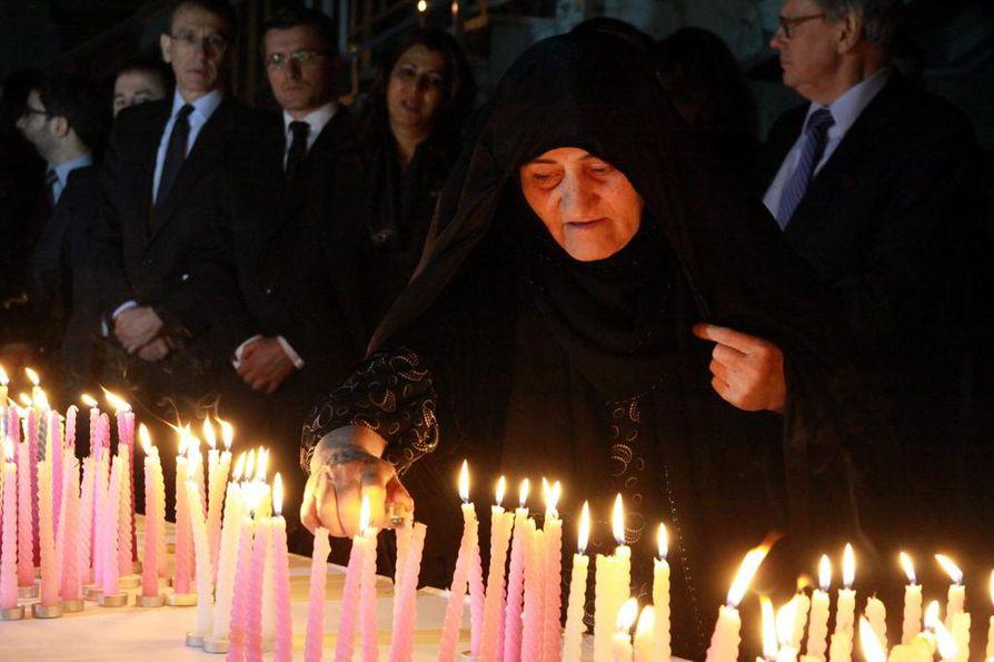 Kurdinainen sytyttää kynttilöitä Halabjan verilöylyn vuosipäivänä. Kun Irak iski kemiallisin asein Halabjaan, Yhdysvalloissa valmisteltiin lakia, joka olisi rankaissut Irakia. Valkoinen talo kaatoi lain.
