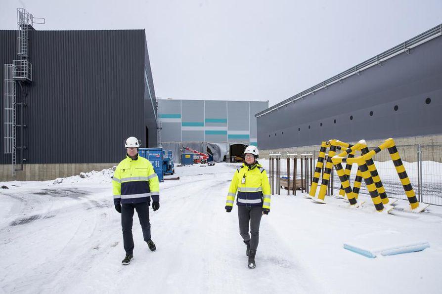 Liiketoimintajohtaja Pertti Vanhala ja projektipäällikkö Saara Palo-oja kertovat jätteiden lajittelulaitoksen rakentamisen sujuneen aikautaulussaan.