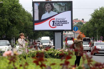 Serbialaiset uskaltautuvat vaaliuurnille pandemiassa – hallitsevan puolueen ennustetaan vahvistavan entisestään otetta vallasta