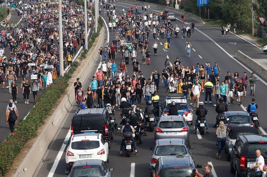 Jopa tuhannet ihmiset suuntasivat kulkunsa kohti Barcelonan lentokenttää osoittaakseen mieltään.