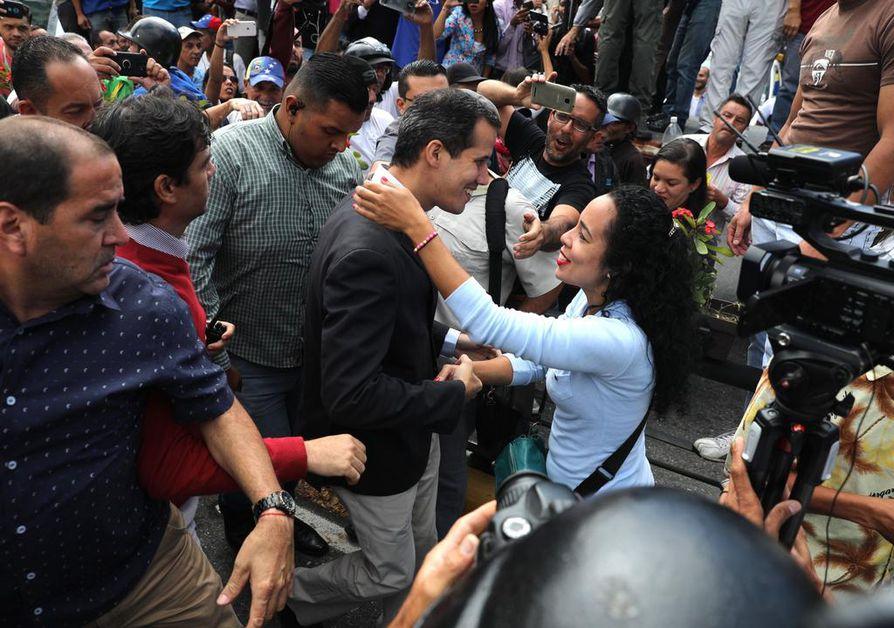 Venezuelan oppositiojohtaja Juan Guaidó tervehti kannattajiaan pääkaupungissa Caracasissa keskiviikkona.