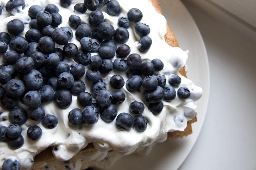 Anni Hautalan mustikkakakkutortussa maistuvat pensasmustikat, rahka ja vanilja.