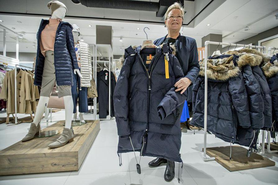 – Pääsääntöisesti vetoketjut kestävät suhteellisen hyvin. Jos vika on tekninen, takki lähetetään tavarantoimittajalle. Kalliimpi takki voidaan myös korjata toimittajalla, myyntialuevastaava Liisa Lumme Sokokselta kertoo.