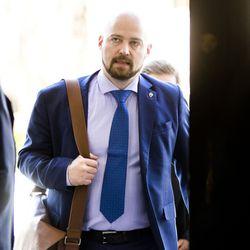 """Seiska: Mikko Kärnä lähetti kahden vuoden ajan häiritseviä viestejä baarissa tapaamalleen naiselle, kansanedustaja ei kommentoi yksityiselämäänsä koskevia väitteitä """"Olen tehnyt virheitä"""""""