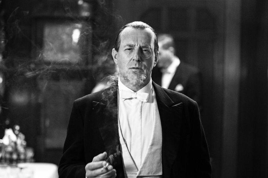 Ohjaaja Fritz Lang (Heino Ferch) jäljittää sarjamurhaajaa elokuvassa Fritz lang ja M - murhan jäljillä.