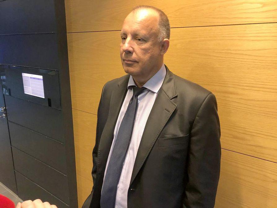 Lakimies Kari Uoti avusti oikeudessa Paavo Väyrystä, joka ei itse ollut paikalla.