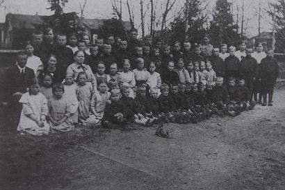 Paavo Ahavan lautavarastossa toimi pakolaislasten koulu, kun sata vuotta sitten huippupakkasissa Kuusamoon tuli jopa 3000 pakolaislasta – he pakenivat Vienan Karjalasta vallankumouksen jälkimainingeissa
