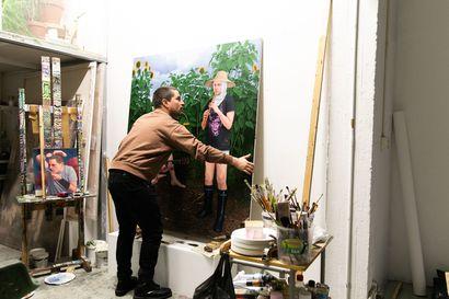 """Joel Slotte, 33, nousi kuvataiteen ytimeen maalaamalla sukupolvensa kokemuksia: """"Osa ikätovereista on huonossa jamassa, tunnistan sen maiseman"""""""