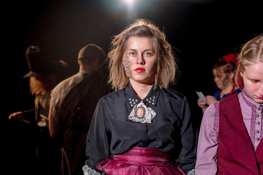Musiaalin puvustuksesta ovat vastanneet Jenna Kauppi ja Mau Järvinen. Lavalla  Mari Melakari (Kristiina) ja Essi Karjalainen (Anne-Will).