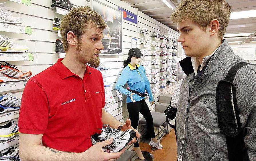 Lentopalloilija Mikko Marttila tuli ostamaan uusia juoksukenkiä. Testi  urheiluliikkeessä osoittaa 39fbb5c4c4