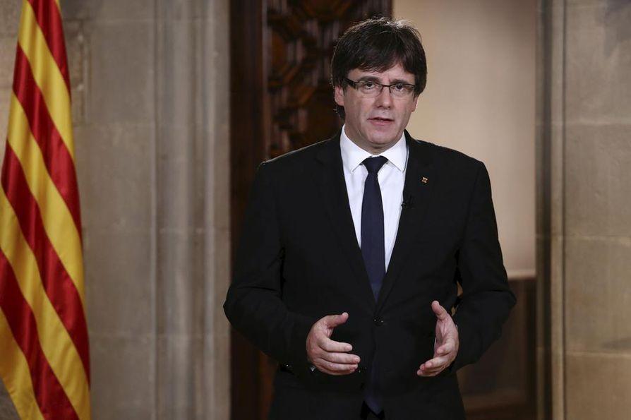 Carles Puigdemontilla on valtavat paineet joka suunnasta, kun hän astelee tiistai-iltana Katalonian alueparlamentin puhujapönttöön.