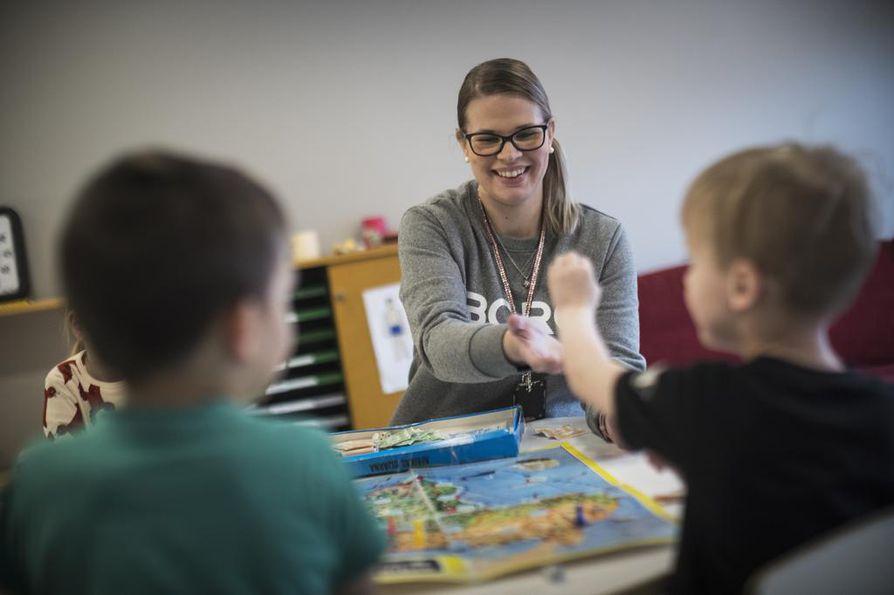 Veronica Heikkilä on työskennellyt Sarasuon päiväkodissa kohta kuuden vuoden ajan. Tällä hetkellä Heikkilä toimii 3-4-vuotiaiden kanssa Koskelot-ryhmässä.