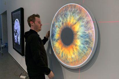Kuvataiteilija Mikko Juntura haluaa antaa katsojalle tilaa tulkita töitään – Missed -näyttelyssä esillä videoita, valo-, röntgen- ja magneettikuvia.