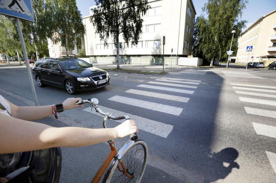 Jos suojatie on ajoratamerkinnöin merkitty pyörätien jatkeeksi, saa pyörällä ylittää ajoradan sitä pitkin. Näissä tilanteissa on pyöräilijä kuitenkin väistämisvelvollinen ellei muuta väistämisjärjestystä osoiteta kolmiolla tai stop-merkillä.