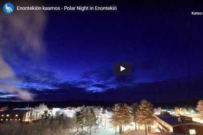 Kaunis kaamosaika taltioutui Enontekiön kaamoskameraan – kunta julkaisi lyhyen videon, jossa näkyy pilvien värileikki ja kuun liito