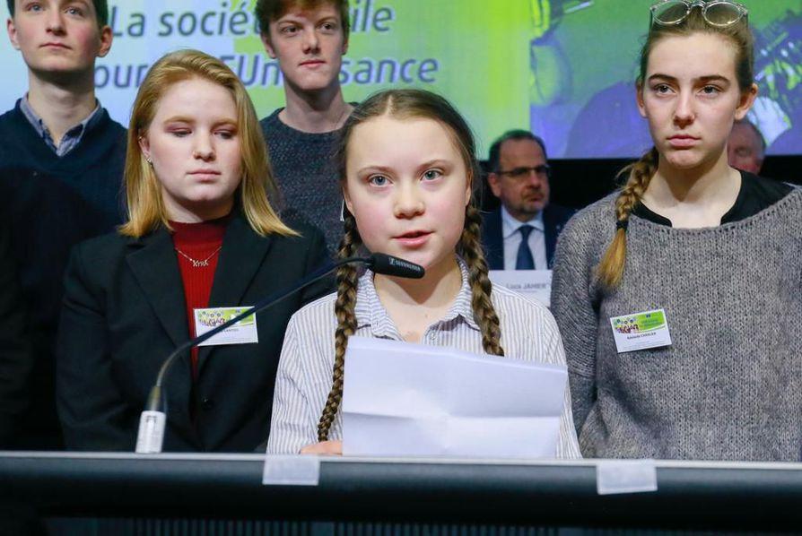 Kuusitoistavuotias Greta Thunberg (keskellä) vaati poliitikkoja ottamaan ilmastonmuutoksen tosissaan Euroopan talous- ja sosiaalikomitean istunnossa torstaina.