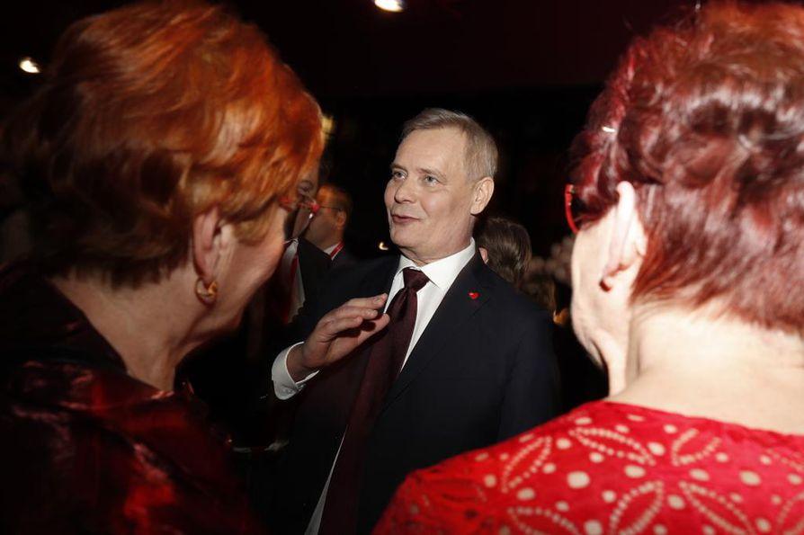 Sdp:n puheenjohtaja Antti Rinne seurasi vaali-illan kulkua jännittyneenä.