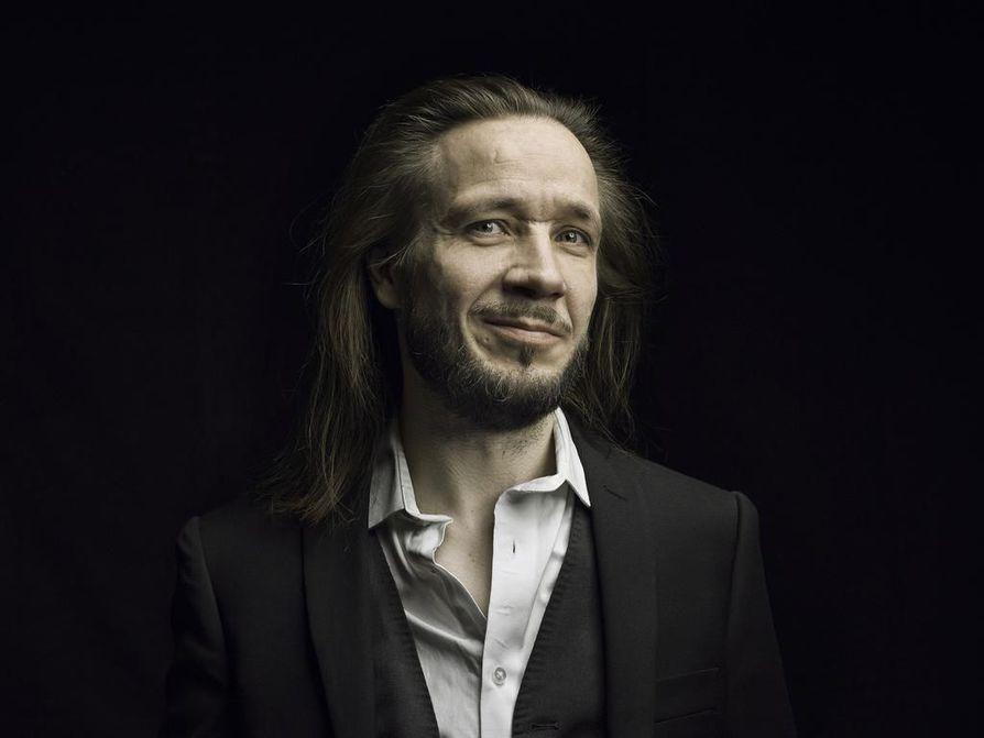 Jarkko Martikainen ei ole enää yhtä nuori kuin YUP-yhtyeen aikoihin, ja se näkyy ja kuuluu myös sanoituksissa. Kaikista vanhoista kappaleista Martikainen ei tahdo tunnistaa enää itseään.