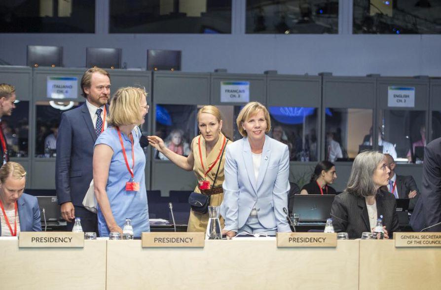 Suomen-kokousta puheenjohtanut oikeusministeri Anna-Maja Henriksson (rkp) kertoo, että EU suunnittelee kansalaiskampanjaa oikeusvaltion tarpeellisuudesta.