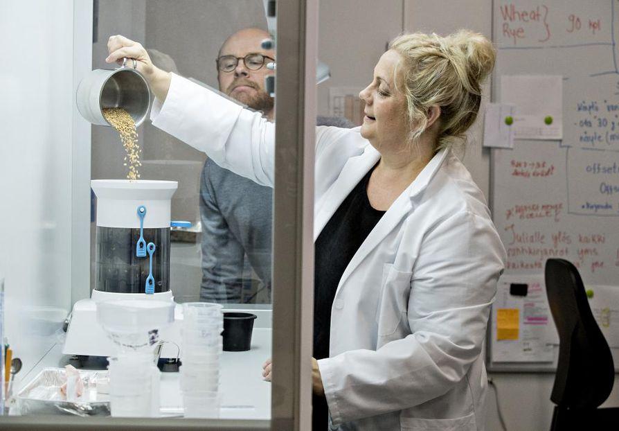Edvard Krogius (vas.) ja Kirsi Ahtinen (oik.) laboratoriossa.