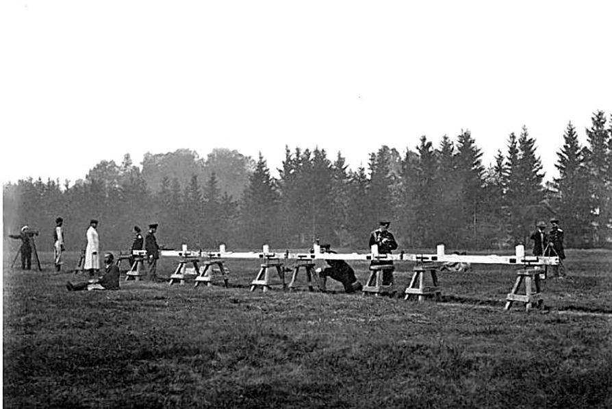 Struven ketjun mittauksissa mitattiin kymmenen perusviivaa, joista yksi Oulussa. Nämä etäisyysmittaukset tehtiin Struven aikoihin mittatangoilla eli neljän metrin mittaisilla metallitangoilla. Pisin mittatangoilla mitattu matka oli jopa yli kymmenen kilometriä.