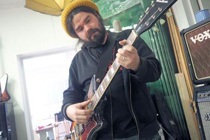 """Oululaismuusikko Riku Rousun ohjenuorana on outous: """"Järisyttävintä oli se, kun pakollisten pikaisten metalli- ja Nirvana-kausien jälkeen isommat pojat opastivat Pink Floydin pariin"""""""