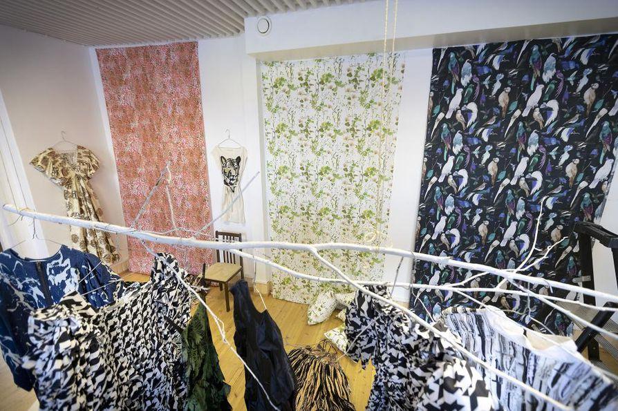 Taidehuvilan näyttelyyn Suhonen on tuonut painokuoseja eri vuosilta