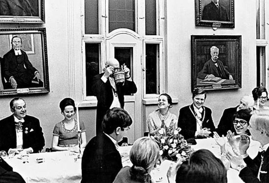 Tasavallan presidentti Urho Kekkonen juo Pohjalaisuuden Toopista osakunnan 65-vuotisjuhlassa 1972. Presidentti Kekkosen vasemmalla puolella Veikko Loppi, oikealla puolella kuraattori Paula Tuomikoski ja inspehtori Martti Tienari.