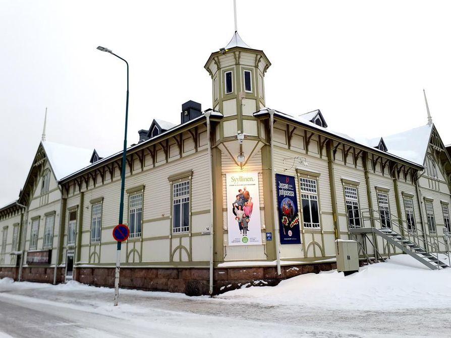 Kajaanin teatteritalo sijaitsee ydinkeskustassa, torin laidalla. Rakennus on 110-vuotias ja suojeltu. Sitä ei koskaan suunniteltu teatteritaloksi. Kajaanin kaupunginteatteri-alueteatteri tuottaa vuosittain keskimäärin viisi ensi-iltaa, joista vähintään kaksi kiertää Kainuussa ja Pohjois-Pohjanmaalla.