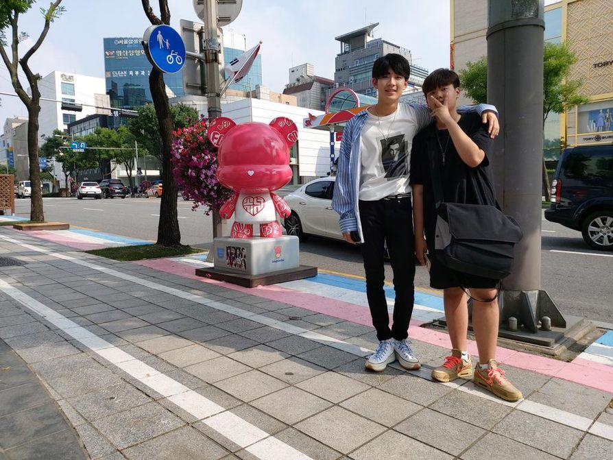 Eteläkorealaiset Richard Yoo (vas.) ja Brian Kwon eivät kuulu K-popin faneihin, mutta pitävät sen saamaa suosiota uskomattomana. Yoon ja Kwonin takana näkyy yksi nallepatsaista, jotka ovat Gangnamin poptähtikadun eli K-star Roadin tunnusmerkkejä.