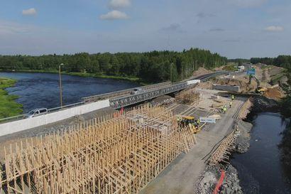 Kiiminkijoen ylittävä Allikon uusittu silta on tarkoitus saada rakennettua ennen seuraavaa talvea – tältä työmaa näyttää ilmasta
