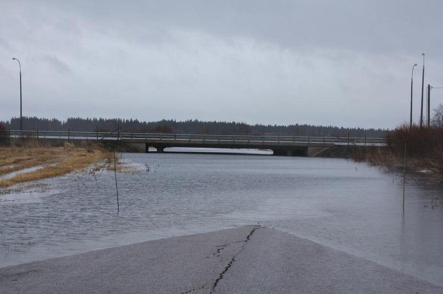 Tulva alikulkutunnelissa Kempeleessä on vain noussut perjantain  aikana.
