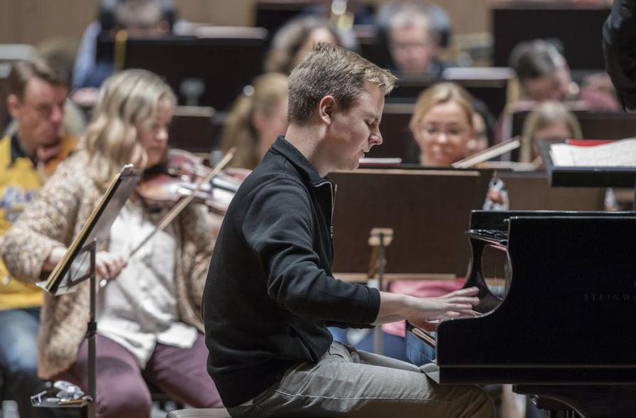 Helsinkiläinen pianisti Ossi Tanner soittaa torstaina Madetojan salissa Chopinia Eiji Ouen johtaman Oulu Sinfonian solistina.