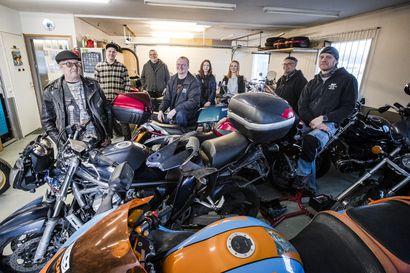 Motoristipiireissä kaveria ei jätetä – Napapiirin motoristit ovat puhaltaneet 40 vuotta yhteen hiileen