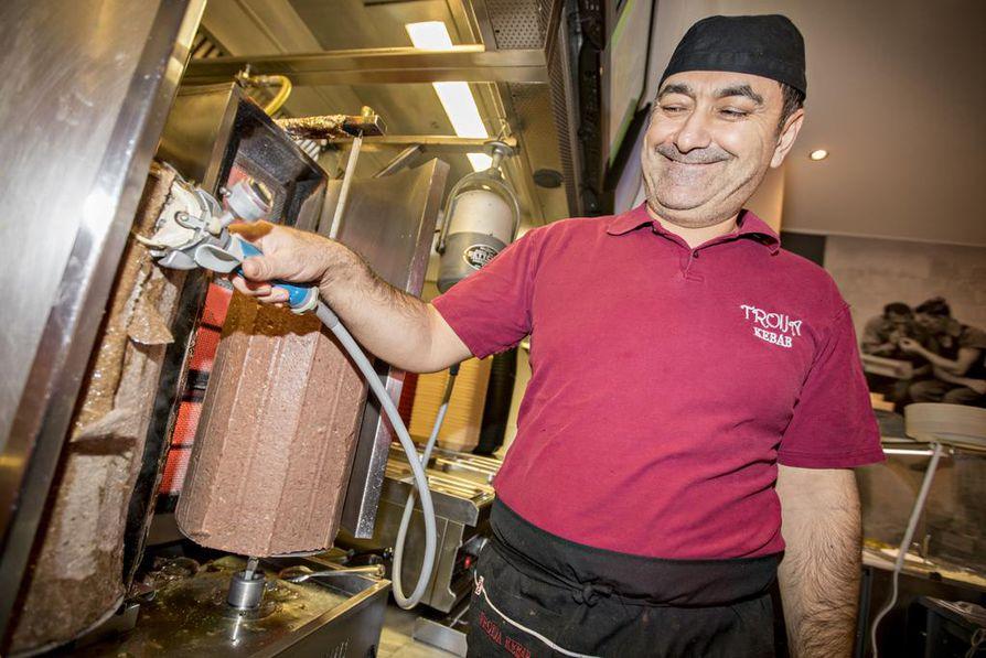 Troija Kebabin omistaja Bayram Polat kertoo, että kebabin raaka-aineena käytetään suomalaista lihaa.