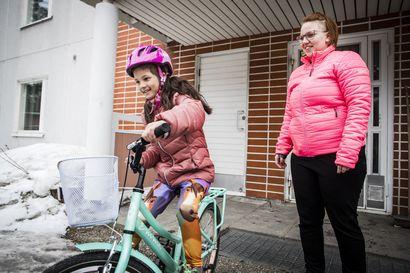 """7-vuotias Olga on kesällä viisi viikkoa yksin kotona – """"Koululaisen kesäloma on 10 viikkoa, itselläni on lomaa kolme viikkoa"""""""