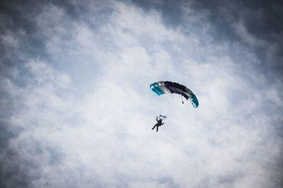 Hyppääjät hyvittävät harrastuksen aiheuttamat hiilidioksidipäästöt – Viime kesänä istutettiin 307  puuntaimea, mikä kompensoi Oulu Skydive Centerin päästöt vuoden ajalta