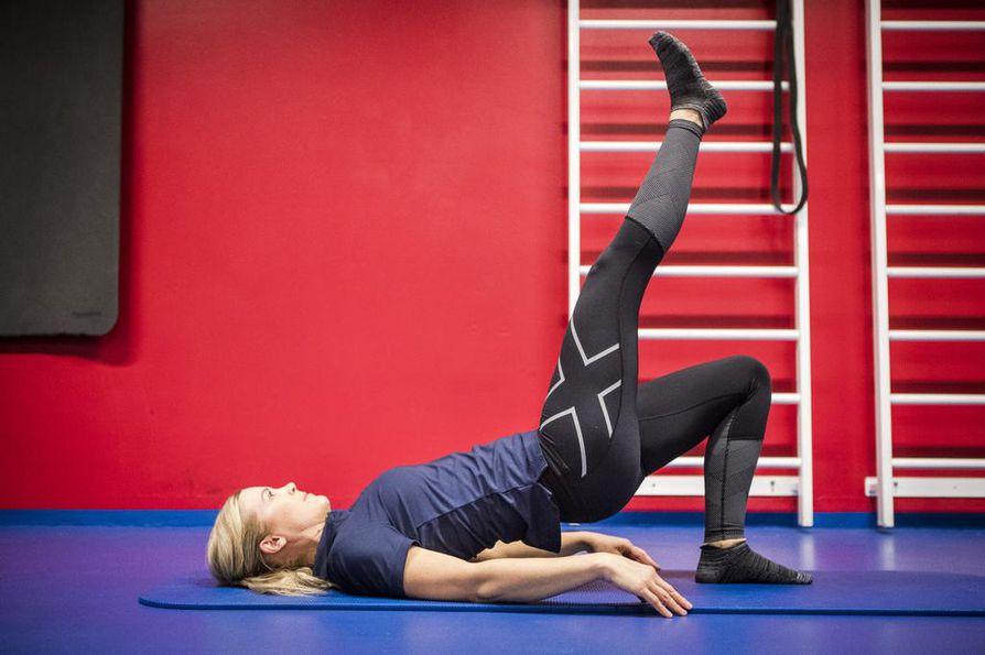 Harjoituta pakaralihasta 1: Asetu selinmakuulle jalat koukussa. Nosta toista jalkaasi ja lantiotasi kohti kattoa. Purista samalla pakaroitasi yhteen.