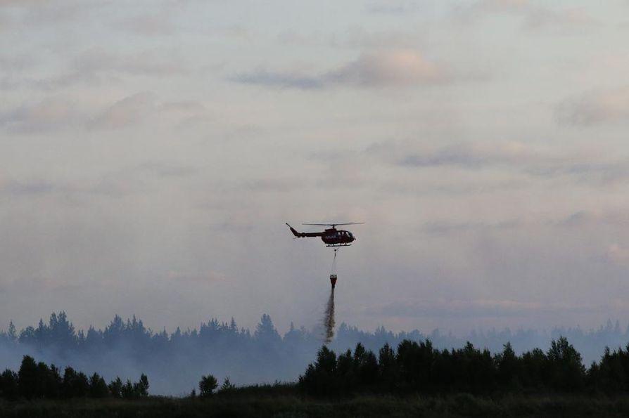 Pelastushelikopteri Aslak työssä palopaikalla turvetuotantoalueella Sodankylän Lismanaavalla.