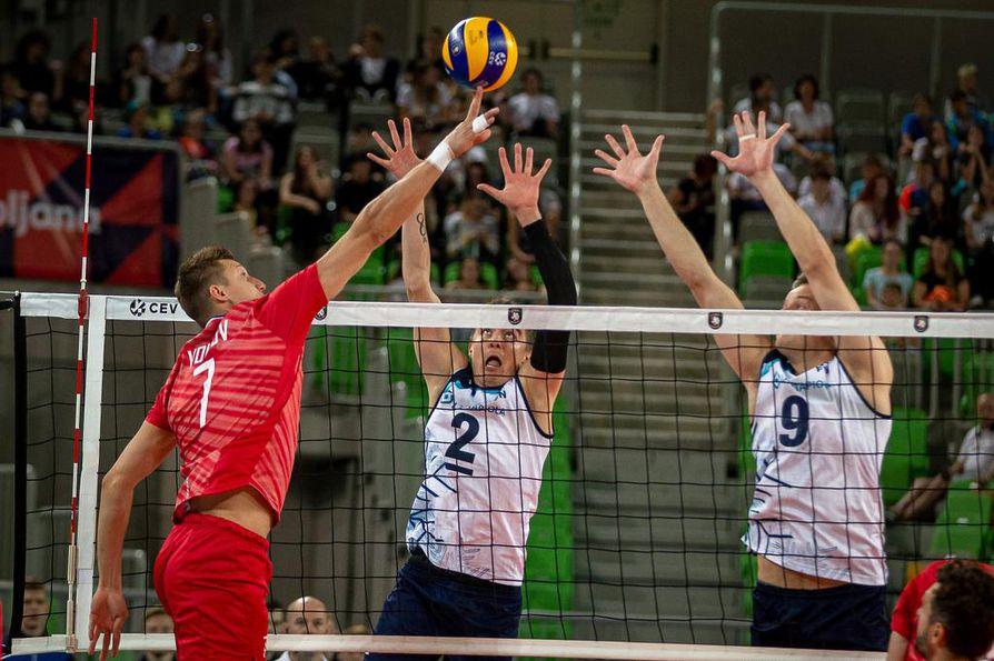 Tuttu tilanne Ljubljanan maanantai-illassa. Venäjän hyökkäyspelin tyly viimeistelijä Dmitri Volkov (7) kumauttaa pallon Eemi Tervaportin (2) ja Tommi Siirilän ohi.