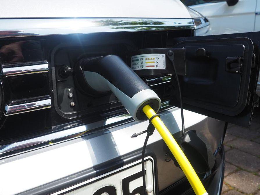 Ladattavilla plug-in-hybridiautoilla mahdollisuus ajaa 40–60 kilometriä sähköllä.