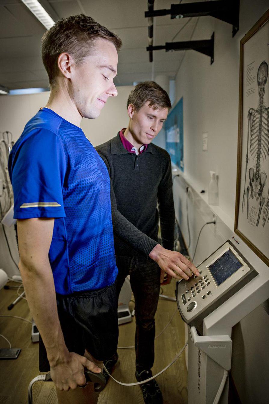 Kehon koostumismittaus tuo tietoa harjoittelun tueksi. Arttu Vattulaista (vas.) opastaa lääkäri Rami Oravakangas.