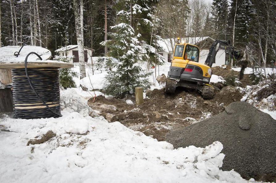 Sähköverkkoyhtiö Elenia rakensi maakaapelia Vesilahdessa Pirkanmaalla talvella 2013. Yritysten pitää selvittää toisiltaan, voiko samalla kaivulla vetää maahan valokuidun.