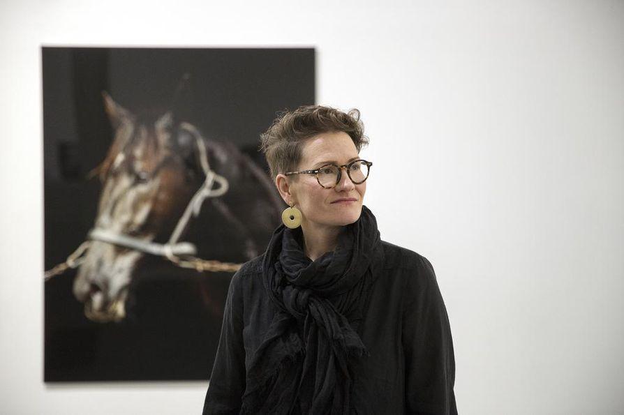 Valokuvataiteilija Kati Leinonen esittelee sunnuntaina Oulun taidemuseossa näyttelyään Äimärautio.