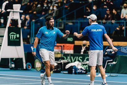 """Kotiyleisön tukemat Henri Kontinen ja Harri Heliövaara varmistivat Suomelle maaotteluvoiton tenniksen Davis Cupissa – """"Puoleentoista vuoteen ei ole ollut yhtä kivaa pelata tennistä"""""""
